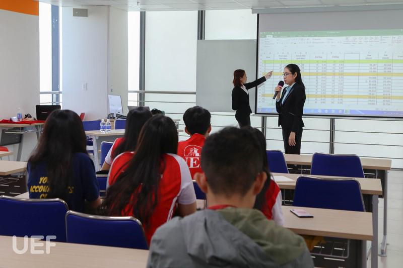 Nội dung tập huấn của đại diện Nhà tài trợ - Công ty TNHH NC9 Việt Nam cung cấp nhiều kỹ năng tin học bổ ích cho các thí sinh. Bà Nguyễn Thị Hồng Thương cũng đã chia sẻ thêm nhiều kinh nghiệm và kỹ năng bổ ích để hỗ trợ cho các bạn thí sinh